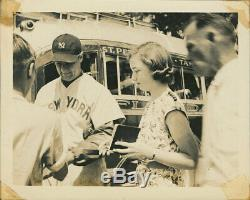 1938 Lou Gehrig Photo Dédicacée En Uniforme Avec Une Grande Yankees Provenance Psa / Adn